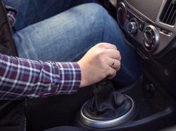 آیا باید پیش از استارتزدن خودرو، کلاچ را گرفت؟